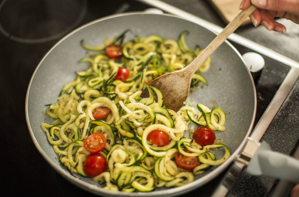 Zoodles al pesto di avocado e basilico con Ultimate Spiralizer!