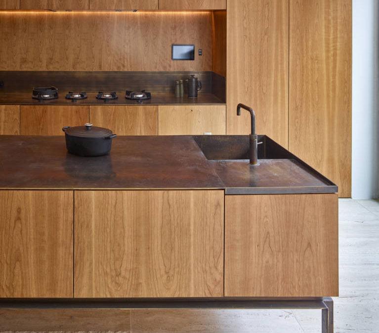 Grazie al ciliegio americano, la casa di Londra  realizzata da Amin Taha Architects + GROUPWORK diventa più elegante