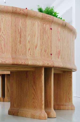 Un'innovativa tecnica per tingere il legno per il Blushing Bar: banco bar realizzato in quercia rossa americana